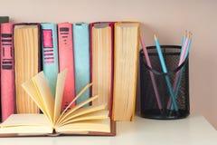 Offenes Buch, gebundenes Buch bucht auf hellem buntem Hintergrund Lizenzfreies Stockbild
