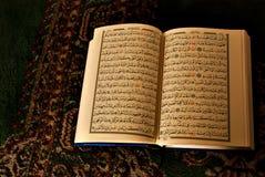 Offenes Buch im arabischen Schreiben Lizenzfreie Stockbilder