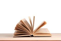 Offenes Buch lokalisiert auf Holztisch Zurück zu Schule Kopieren Sie Platz Lizenzfreies Stockfoto
