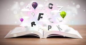 Offenes Buch mit dem Fliegen von Buchstaben 3d auf konkretem Hintergrund Stockbild