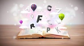 Offenes Buch mit dem Fliegen von Buchstaben 3d auf konkretem Hintergrund Stockfoto