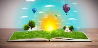 Offenes Buch mit der grünen Naturwelt, die aus seine Seiten herauskommt Stockfoto