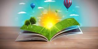 Offenes Buch mit der grünen Naturwelt, die aus seine Seiten herauskommt Lizenzfreies Stockfoto