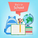 Offenes Buch mit einem Bookmark und Schulbedarf wie einem Rucksack, Lehrbücher, Notizbuch, Klacks Lizenzfreie Stockbilder