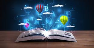 Offenes Buch mit glühenden abstrakten Wolken und Ballonen der Fantasie Stockbilder