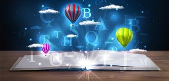 Offenes Buch mit glühenden abstrakten Wolken und Ballonen der Fantasie Lizenzfreies Stockbild