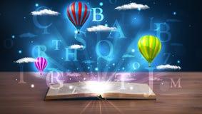 Offenes Buch mit glühenden abstrakten Wolken und Ballonen der Fantasie Stockfotografie