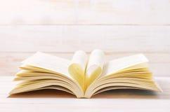 Offenes Buch mit Herzform in der mittleren Seite Lizenzfreies Stockbild