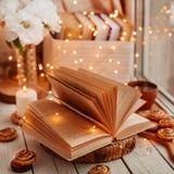 Offenes Buch mit Lichtern stockfoto