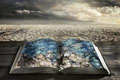 Offenes Buch mit Trinkwasser Stockfotos