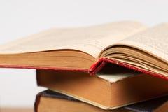 Offenes Buch, Stapel Bücher des gebundenen Buches Zurück zu Schule Stockfotos