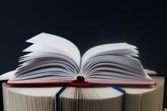 Offenes Buch, Stapel Bücher des gebundenen Buches Zurück zu Schule Kopieren Sie Platz Stockfotografie