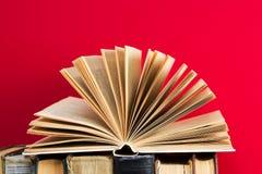 Offenes Buch, Stapel Bücher des gebundenen Buches Zurück zu Schule Kopieren Sie Platz Lizenzfreie Stockfotos