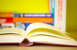 Offenes Buch, Stapel bunte Bücher des gebundenen Buches lokalisiert auf weißem Hintergrund Zurück zu Schule Kopieren Sie Raum für Lizenzfreies Stockbild