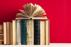 Offenes Buch, Stapel des gebundenen Buches reserviert auf Holztisch Zurück zu Schule Kopieren Sie Platz Stockbild