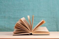 Offenes Buch, Stapel des gebundenen Buches reserviert auf Holztisch Zurück zu Schule Kopieren Sie Platz Lizenzfreie Stockfotos