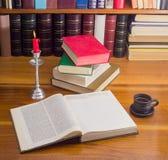 Offenes Buch und anderes reserviert auf einer Tabelle durch Kerzenlicht Stockbild