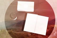 Offenes Buch und ein Kasten auf einem Rundtisch getont Stockfotografie