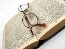 Offenes Buch und Gläser lizenzfreies stockbild