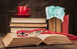 Offenes Buch und Stethoskop Stockfotografie
