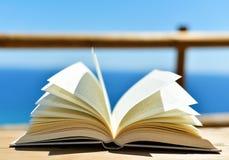 Offenes Buch vor dem Ozean Lizenzfreie Stockfotografie