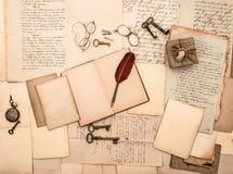 Offenes Buch, Weinlesezubehör, Buchstaben, Dokumente Lizenzfreies Stockfoto