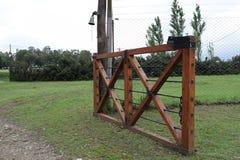 Offenes Eisentor am Eingang auf der Ranch stockfotografie