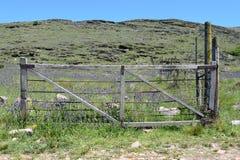 Offenes Eisentor am Eingang auf der Ranch lizenzfreie stockfotos