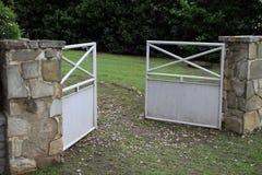 Offenes Eisentor am Eingang zum Haus auf der Ranch stockbilder