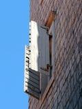 Offenes Fenster auf Backsteinhaus Lizenzfreie Stockfotos