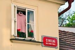Offenes Fenster auf der Straße in Prag im Frühjahr Stockfoto