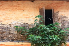 Offenes Fenster des alten Lehmhauses Stockfoto