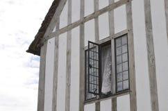 Offenes Fenster des alten viktorianischen Hauses stockbild