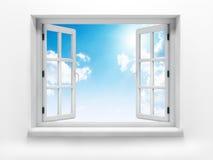 Offenes Fenster gegen eine weiße Wand und das bewölkte Stockbild