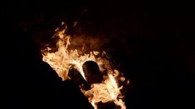 Offenes Feuer im Herd Reinigung, Zündung des Horns herausströmen Schmied bearbeitet Metall Handwerker, der Hochländer an stock video footage