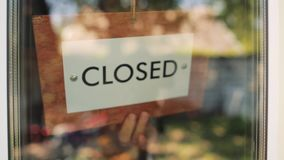 Offenes geschlossenes des Holzschildes stock video