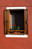 Offenes Haus-Fenster in Burano Italien Stockfotos