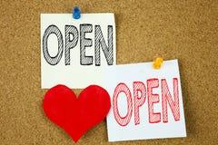 Offenes Konzept der Begriffshandschrifttexttitelinspirations-Vertretung für Shop Öffnung und Liebe geschrieben auf klebrige Anmer Lizenzfreie Stockbilder