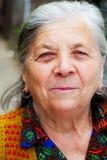 Offenes Lächeln von einer glücklichen älteren Frau Stockbilder