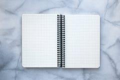 Offenes leeres Notizbuch auf grauem Hintergrund Leerstelle getrennte alte Bücher Leerer Raum Kopieren Sie Platz Die goldene Taste stockfotos