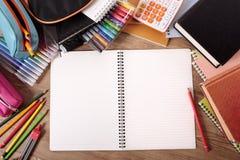 Offenes Notizbuch des Studentenschreibtisch-freien Raumes, studierend, Hausarbeitkonzept, Kopienraum Stockfoto