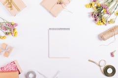Offenes Papiernotizbuch liegt auf einer weißen Tabelle mit Dekorationen Lizenzfreie Stockbilder