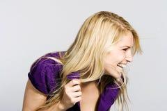 Offenes Porträt einer lachenden Frau Lizenzfreie Stockfotografie