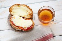 Offenes Sandwich mit Käse und Tasse Tee auf Holztisch Tasse Kaffee und Spiegelei Lizenzfreies Stockfoto