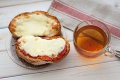 Offenes Sandwich mit Käse und Tasse Tee auf Holztisch Tasse Kaffee und Spiegelei Lizenzfreie Stockfotos