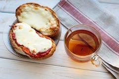 Offenes Sandwich mit Käse und Tasse Tee auf Holztisch Tasse Kaffee und Spiegelei Lizenzfreies Stockbild