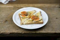 Offenes Sandwich mit reifem hart gesotten Ei stockfotos