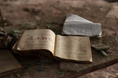 Offenes Studienbuch auf Holztisch in ruiniertem Klassenzimmer in zerstörter Schule in Pripyt stockfotografie