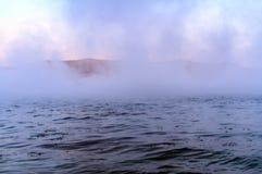 Offenes Wasser auf dem Fluss im Winter Stockfotos