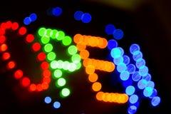 Offenes Zeichen des Neons nachts Stockbild